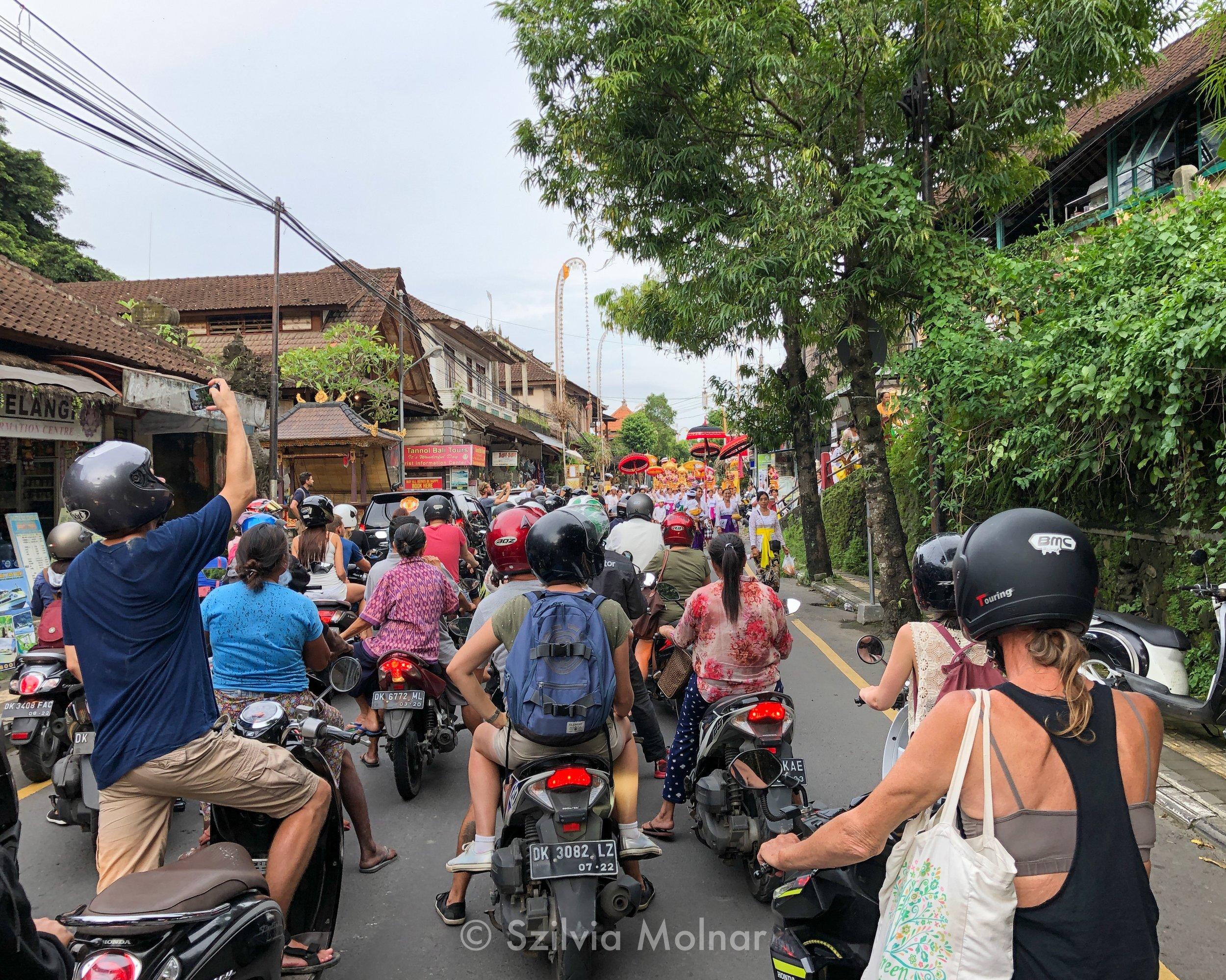 Azért az ubudi forgalmi dugók sokszor tartogatnak meglepetéseket. Itt például egy szertartási menet jön szemből.