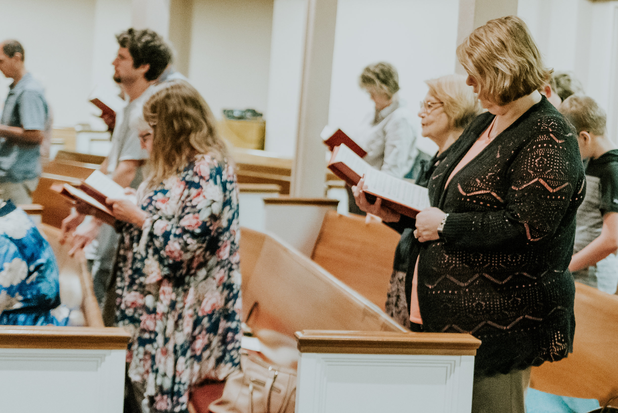 - What should I expect?We have Bible Study that begins at 9:30 a.m. It's one of the best ways to get to know people at the church. Our worship service begins at 10:45 a.m. We follow an order of worship that includes music, Scripture readings, prayers, the sermon, and a benediction. The music is traditional congregational worship with a mixture of hymns and music sung by our choir.