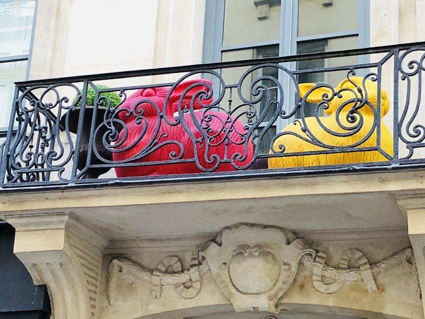 rue guenegaud 1 lapin rose et jaune.jpg