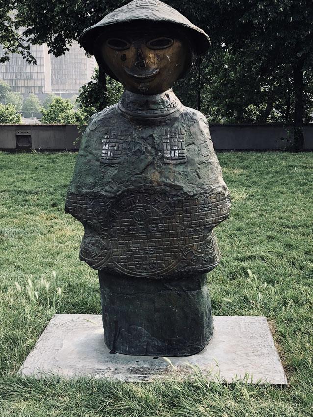 statues les enfants du monde rachid khimoune 2 la-tete-en-lair.net.jpg