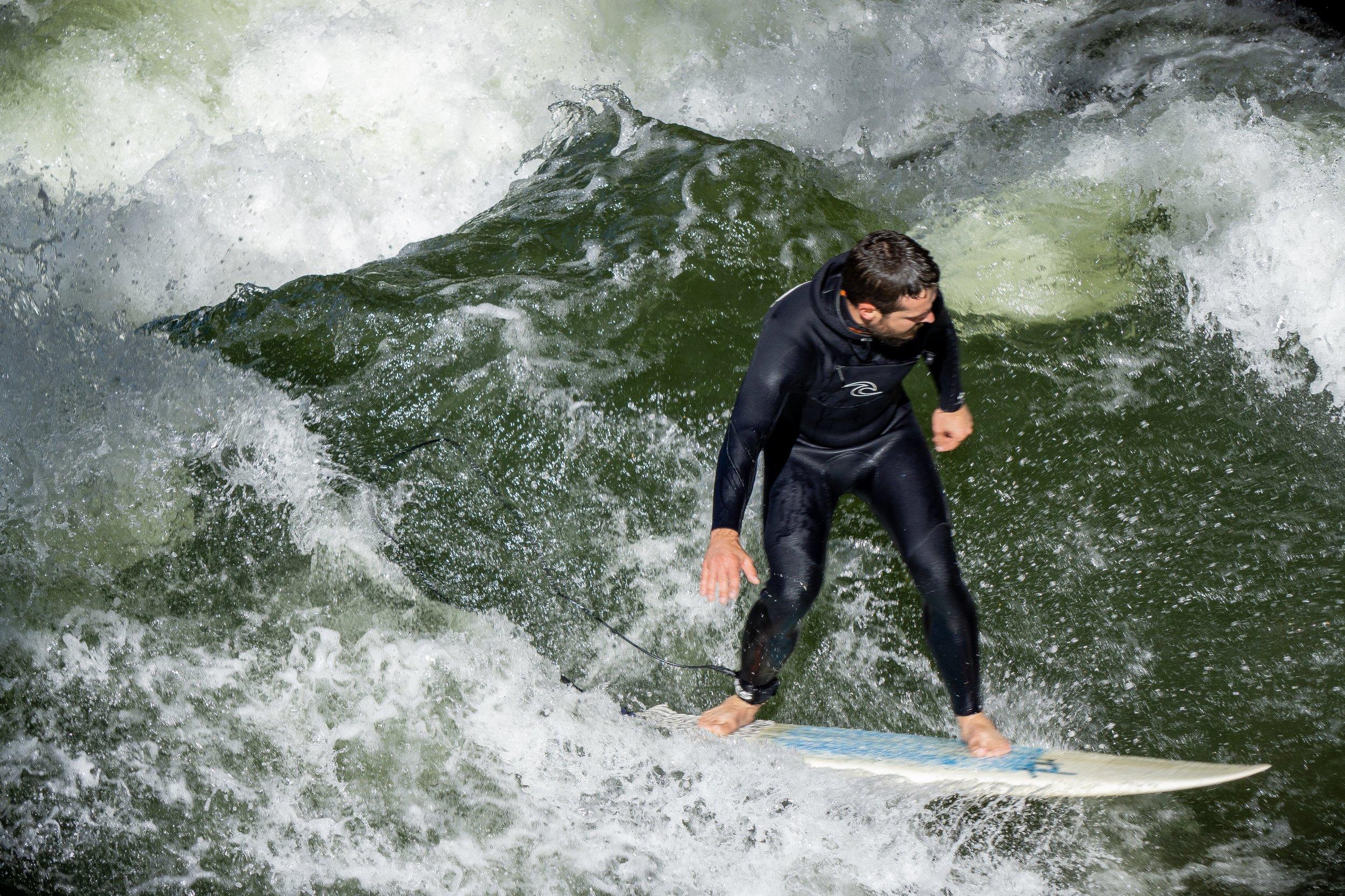 """- """"Auf der großen Eisbachwelle surfen nur Profis mit viel Erfahrung."""""""