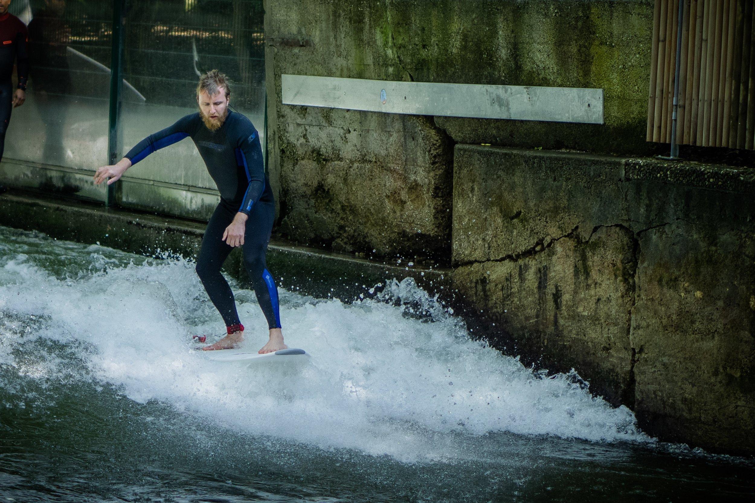 Kurz nach dem Sprung auf das Surfbrett ist man im Weißwasser.