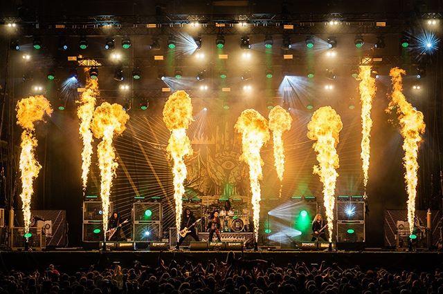 #throwback Arch Enemy beim Full Force: ich habe nicht schlecht geguckt als zwei Meter vor mir zum ersten Mal die Feuerfontänen hochschossen. Als ob es nicht schon warm genug war 🥵. Mit etwas Abstand aber einfach eine Wucht, wie Arch Enemy's Performance. Richtig sahnige Gitarren und Alissa macht ordentlich Action live! ___________________________ #festival #festivalvibes #wff #fullforce #withfullforce #fullforcegermany #live #metal #concert #konzert #konzertfotografie #archenemy #archenemyband #fire #alissawhitegluz #feuer #melodicdeathmetal #deathmetal #deathmetalgirl #metallive