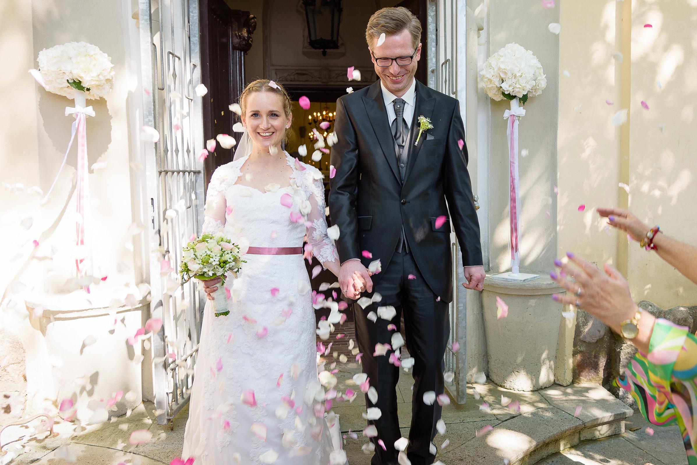 Liebe Eva,   Du hast es geschafft, dass wir uns an unserem Tag super schön, aber natürlich gefühlt haben. Am Hochzeitstag hast Du sogar meine Erwartungen übertroffen und bist auf meine Wünsche eingegangen. Das kann man auch an unseren Hochzeitsbildern beobachten :) Wir haben deine zurückhaltende Art auch in intimen und persönlichen Momenten sehr geschätzt. Immer wieder würden wir uns vertrauensvoll in Deine Hände begeben.   Danke und liebe Grüße,  Katharina & Christian