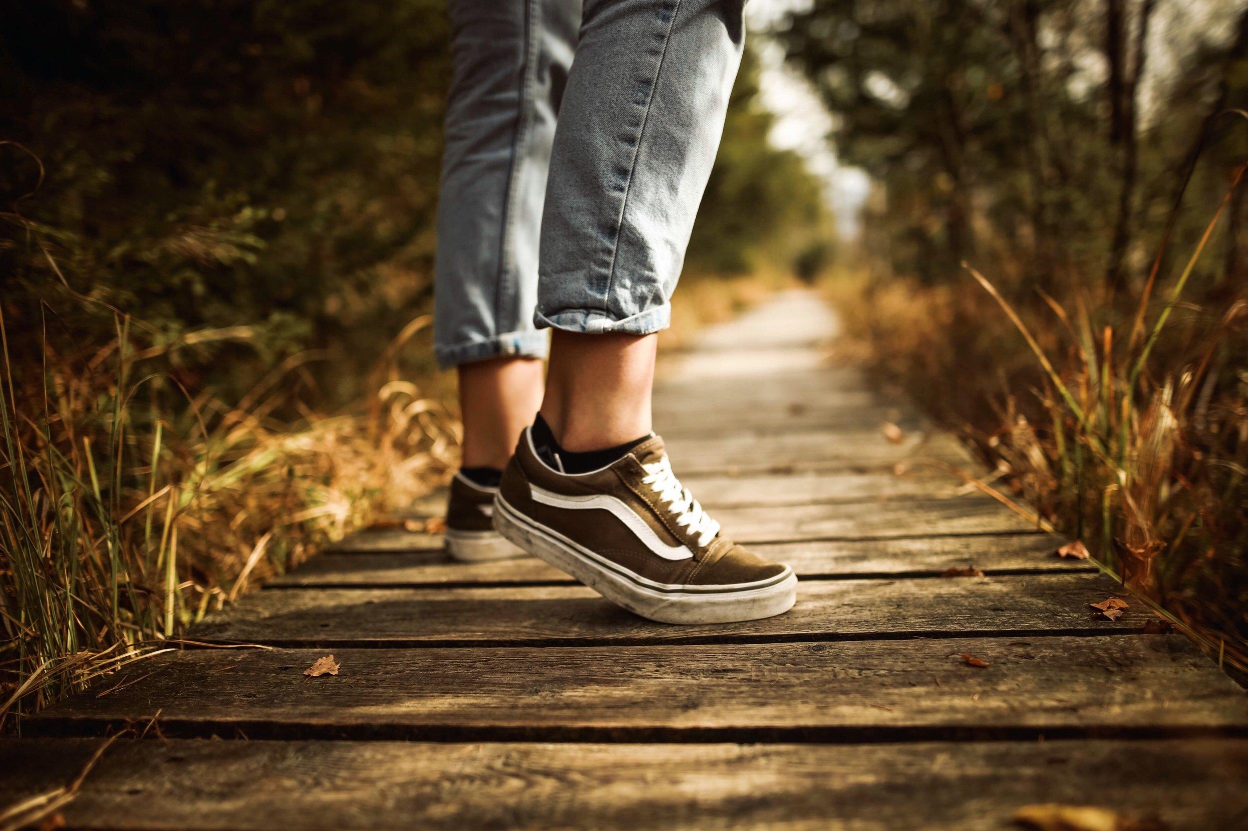 fashion-footwear-grass-631988.jpg