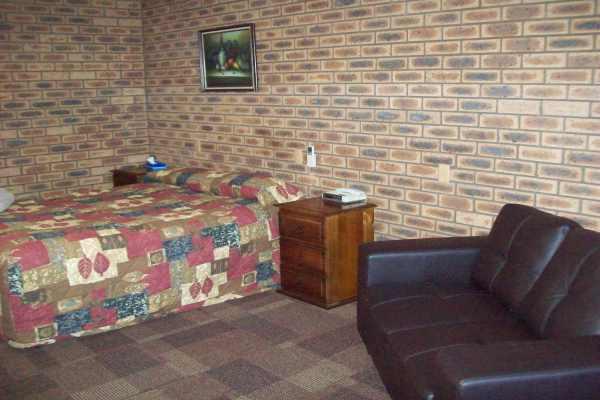8 Motel - Delux Twin.JPG