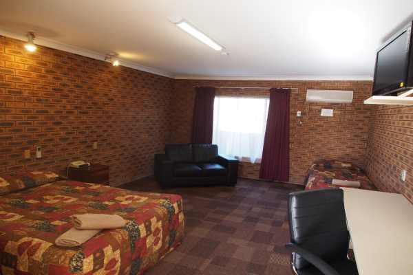 10 Motel - Delux Twin.JPG