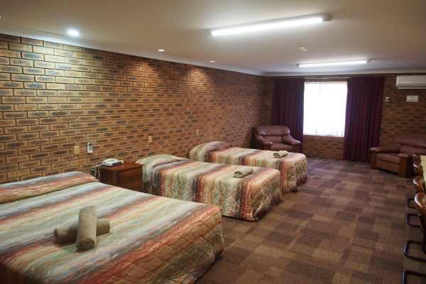 11 Motel - Delux Family.JPG