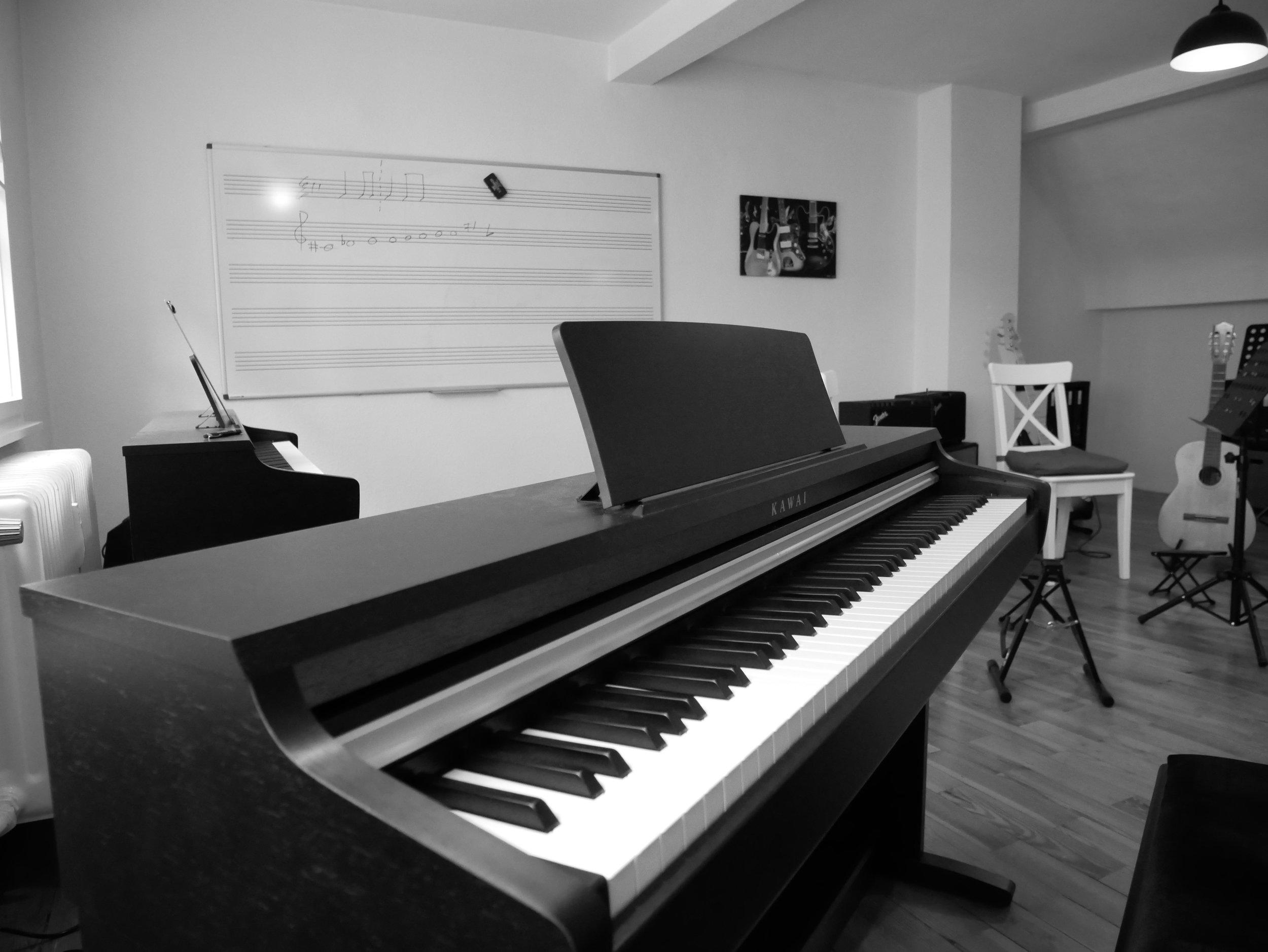 Blue Music School Raum 2.2. Klavier- und Gitarrenunterricht. Eine entspannte Atmosphäre fördert den Lernerfolg