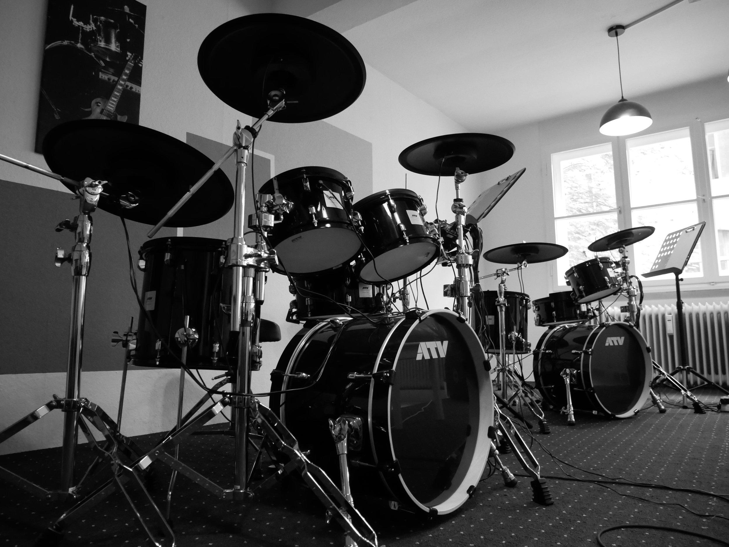 Lehrer- und Schülerschlagzeuge der Blue Music School