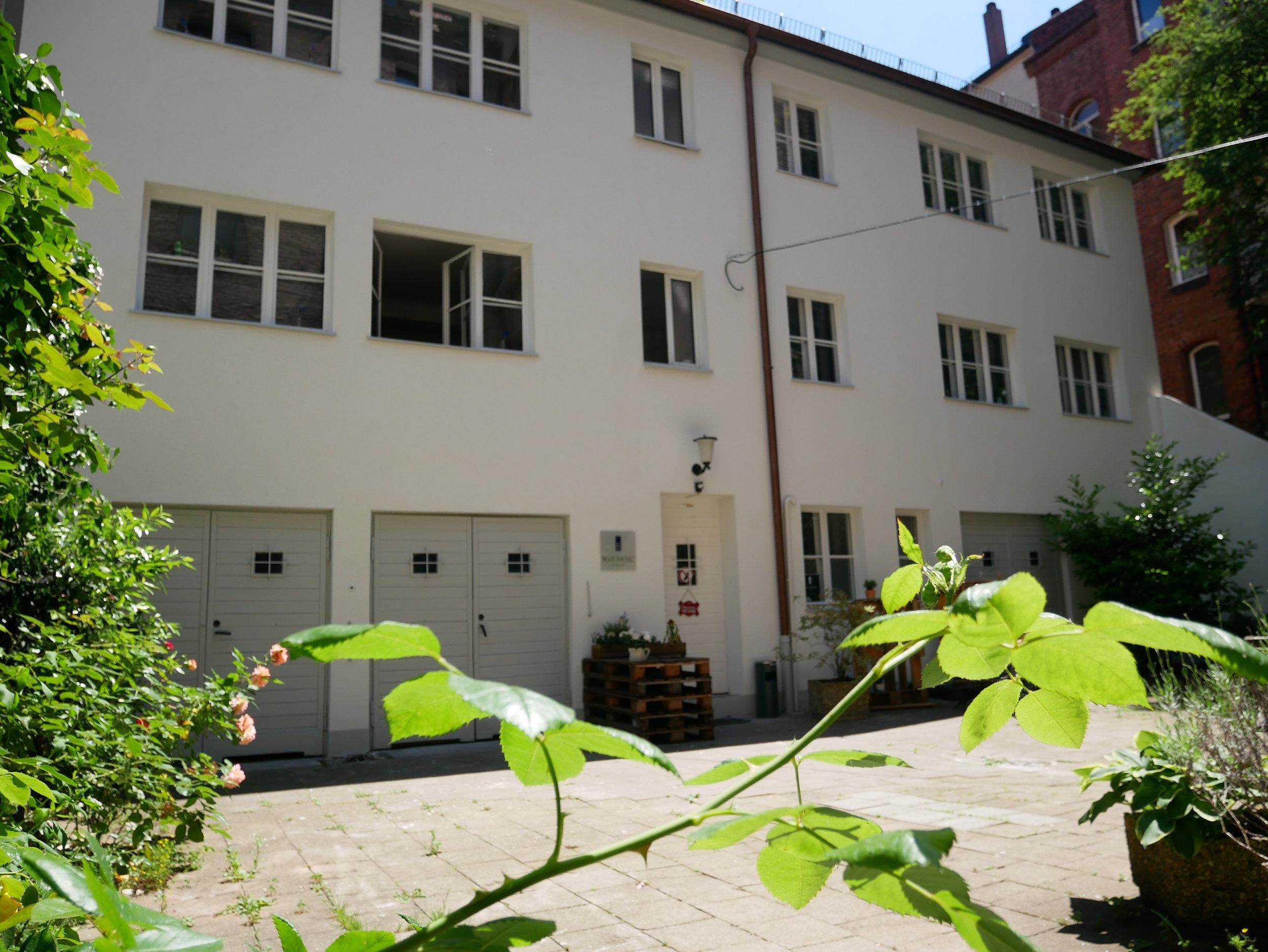 Die Blue Music School® - versteckt im grünen Hinterhof (Sitzgelegenheiten vorhanden)