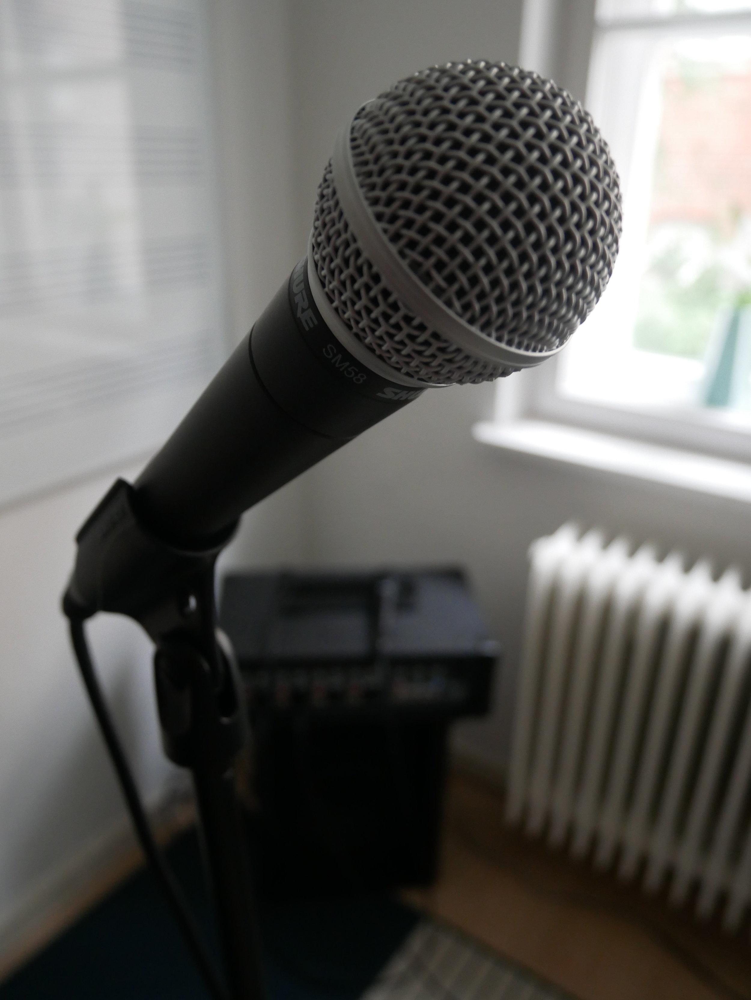 Einblick in den Bereich des Gesangsunterrichts; Notenständer & Mikrofon ebenfalls vorhanden, Klavier dient zur Begleitung