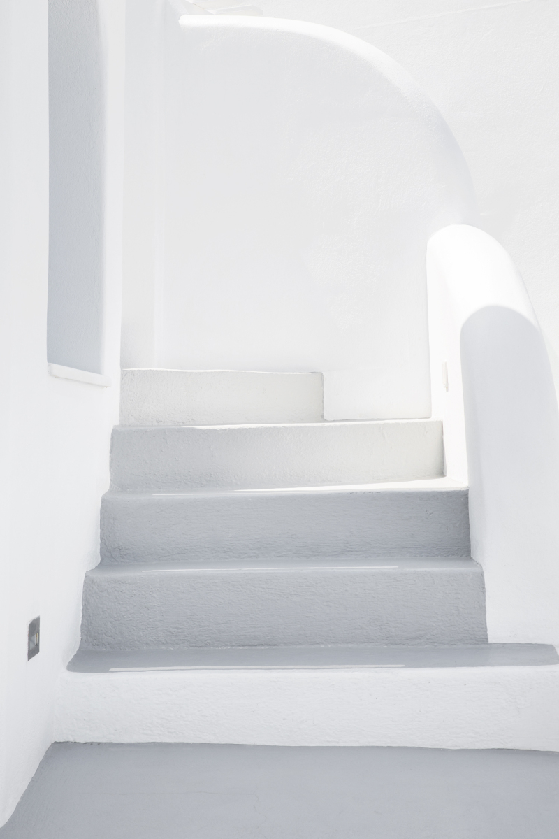 White washed walls are predominent in greek island style.