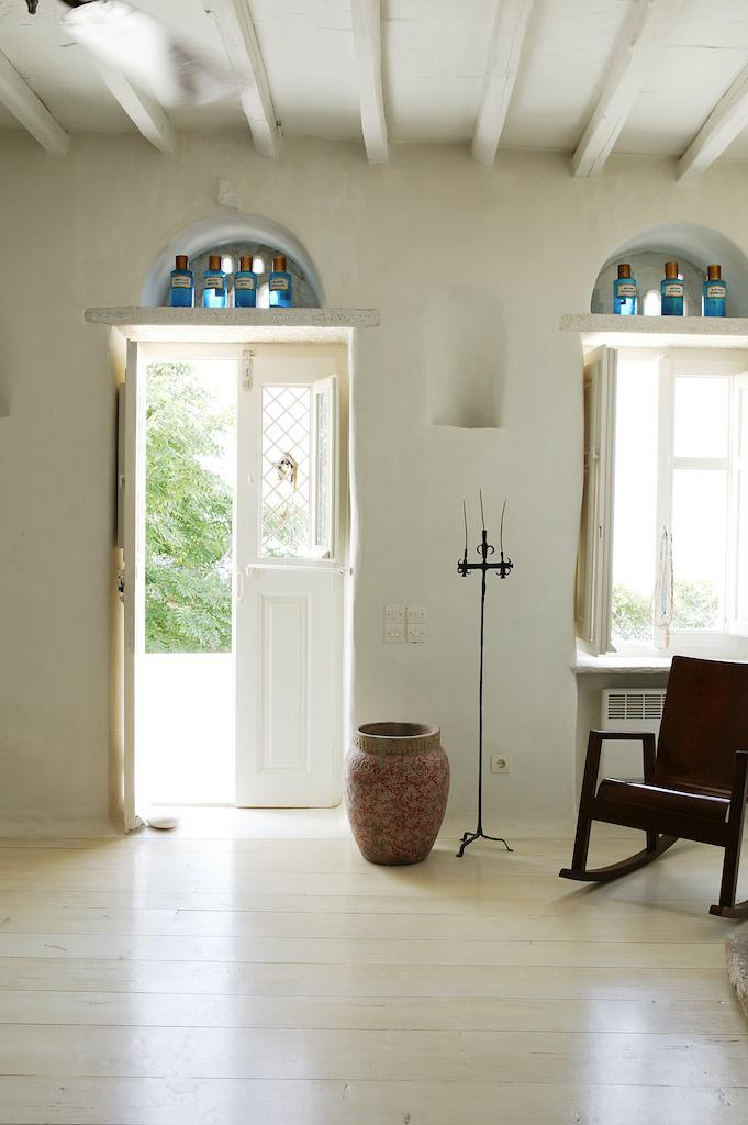 Add terracotta pots to your interior to copy the greek islands style.