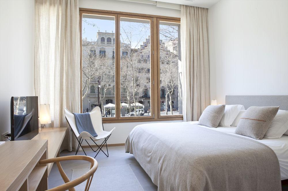 white-butterfly-chair-in-minimalist-bedroom.jpg