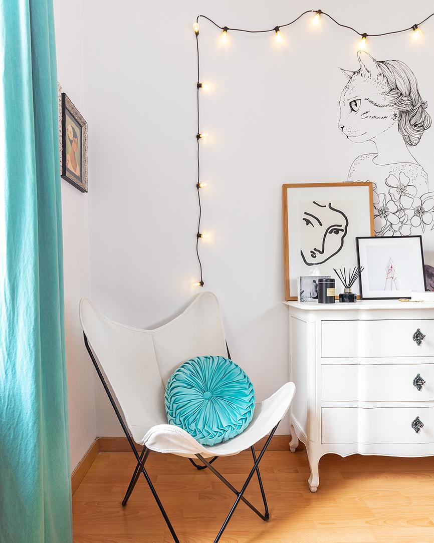 butterfly-chair-styled-in-feminine-way.jpg