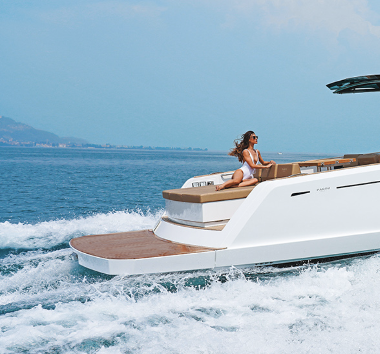 Timeless elegance and unique personality are the outcome ofboth our boat builder's expert hands and a unique design thathighlights artisanship, even in the most modern shapes. Thanks toits linear and refined furnishings, the PARDO interiors reflectthe excellence synonymous with Made in Italy, characterized bya careful choice of wood veneers and meticulous workmanship. - STYLE AND PERFORMANCE