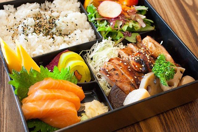 Indulge in our classic 'Bento Box' served with teriyaki chicken, braised veggies, mixed salad, rice and our salmon sashimi upgrade along with hot miso soup! Yum! 🍱🍣 . . . . . . . . . . #urara #pikeplacemarket #japanesefood #seattlefoodie #seattlefood #sushi #sashimi #seattle