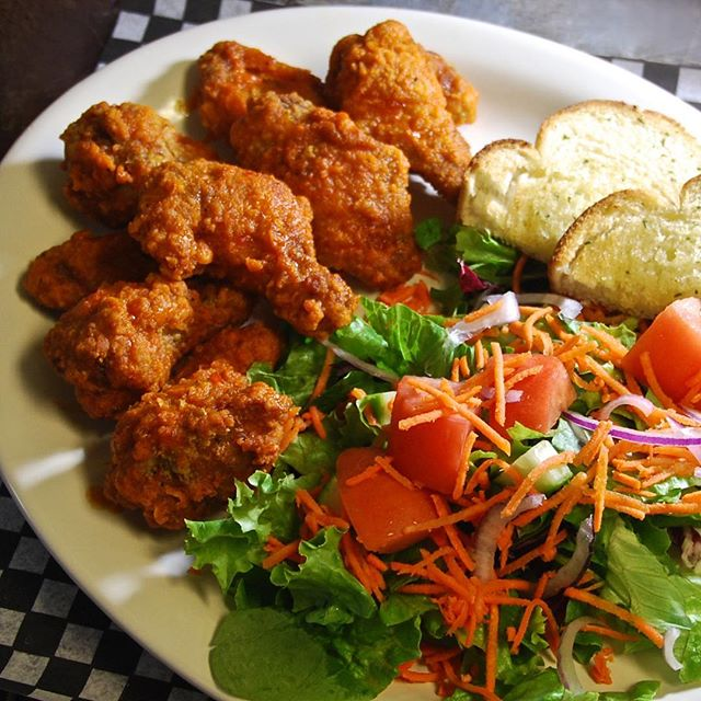 Chicken Wings and salad - always a good choice. 1lb of crispy wings with your choice of sauce; Hot, BBQ, Sweet-Chili Soy, Honey Garlic or Salt & Pepper for only $12.95! . . #mooseneddies #pub #pubfood #powellriver #familyfun #funfood #goodeats #sunshinecoast #happyhour #weekend #dinneranddrinks #cheers #delicious #lunch #dinner #tourismbc #explorebc #eatlocal #enjoy #yum #chickenwings #salad