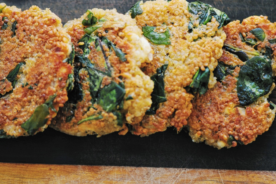 Easy, healthy, crispy, cheesy and delicious Gluten-Free Mixed Green Quinoa Cakes! #quinoa #cakes #fritters #burgers #vegetarian #crispy #cheesy #greens #lunch #dinner #snack #healthy #easy