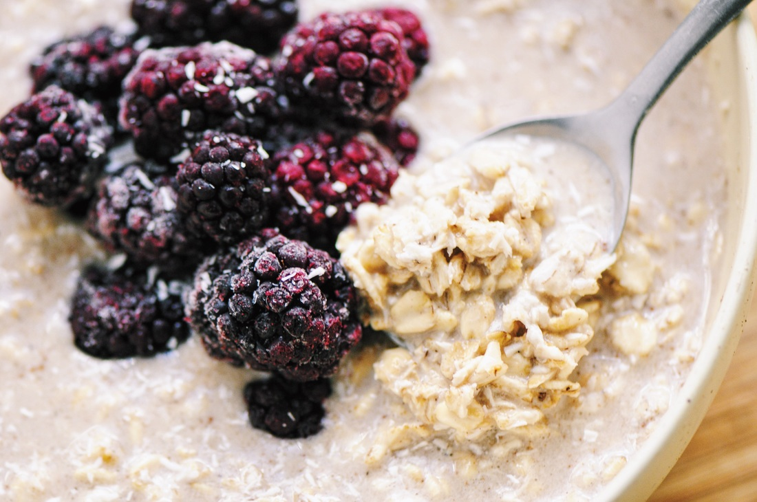 Super flavorful, easy and delicious Blackberry Vanilla Coconut Chai Spiced Overnight Oatmeal! Gluten-free & vegan. #overnightoats #overnightoatmeal #oats #oatmeal #blackberry #coconut #vanilla #chai #breakfast #easy #healthy #vegan #glutenfree