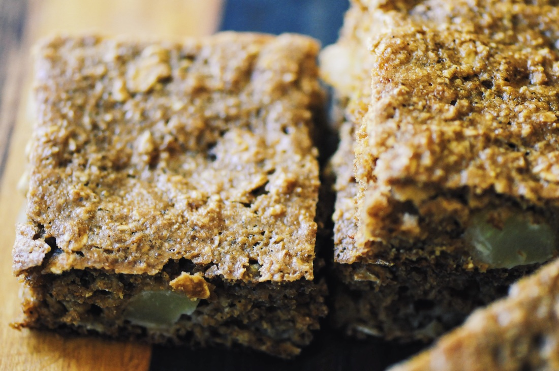 These easy, delicious and protein-packed Gluten-Free Chewy Apple & Oat Breakfast Squares makes a great meal, snack or healthy treat! #oatbars #squares #glutenfreebreakfast #kidfriendly #applebars #healthy