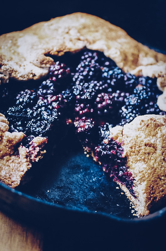 Amazing flavors and textures combine in this juicy & decadent gluten-free blackberry galette with a crispy polenta rustic pie crust. #blackberrygalette #polentapie #glutenfreegalette #glutenfreeblackberrygalette #blackberrypolenta #glutenfreepie #rusticpie
