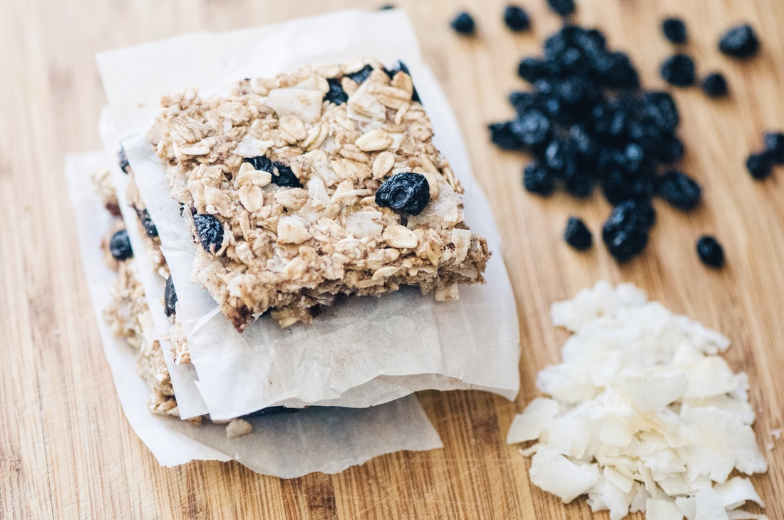 Naturally sweetened, chewy, healthy, and delicious blueberry coconut oatmeal bars! Ready to eat in 30 minutes! Vegan & gluten-free! #glutenfreebars #granolabars #blueberrybars #coconutbars #chewybars #sugarfreebars #easy #healthy #blueberrycoconut