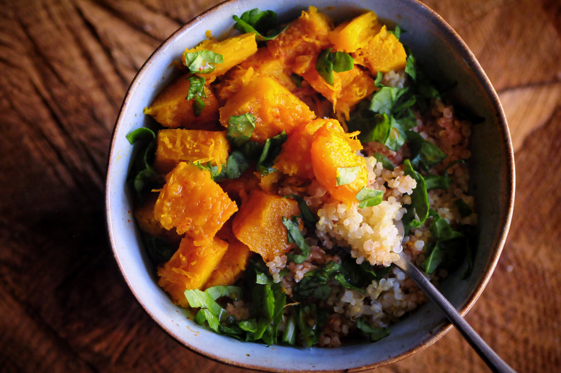 This tasty quinoa bowl with spicy roasted pumpkin is gently spiced by ginger, turmeric, and red chili flakes. It is easy, nutritious and delicious; and makes a hearty & filling gluten-free vegan meal! #roastedpumpkin #quinoabowl #glutenfreeveganmeal #healthydinner #spicypumpkin #autumn