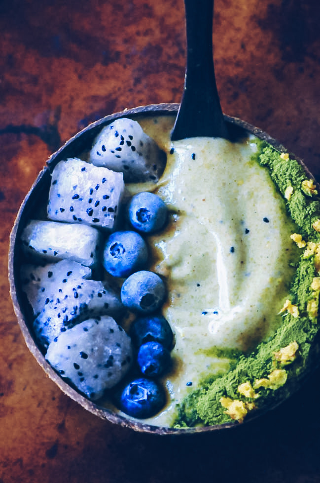 This beautiful and scrumptious Green Ginger Dragon Fruit Smoothie Bowl has a creamy and luscious texture and a delightfully fruity flavor with a touch of ginger kick! Vegan, gluten-free, refreshing, healthy, and easy to make, too! #smoothiebowl #greensmoothiebowl #dragonfruitsmoothie #dragonfruitsmoothiebowl #gingersmoothie #vegansmoothiebowl #greennicecream #pitayasmoothiebowl