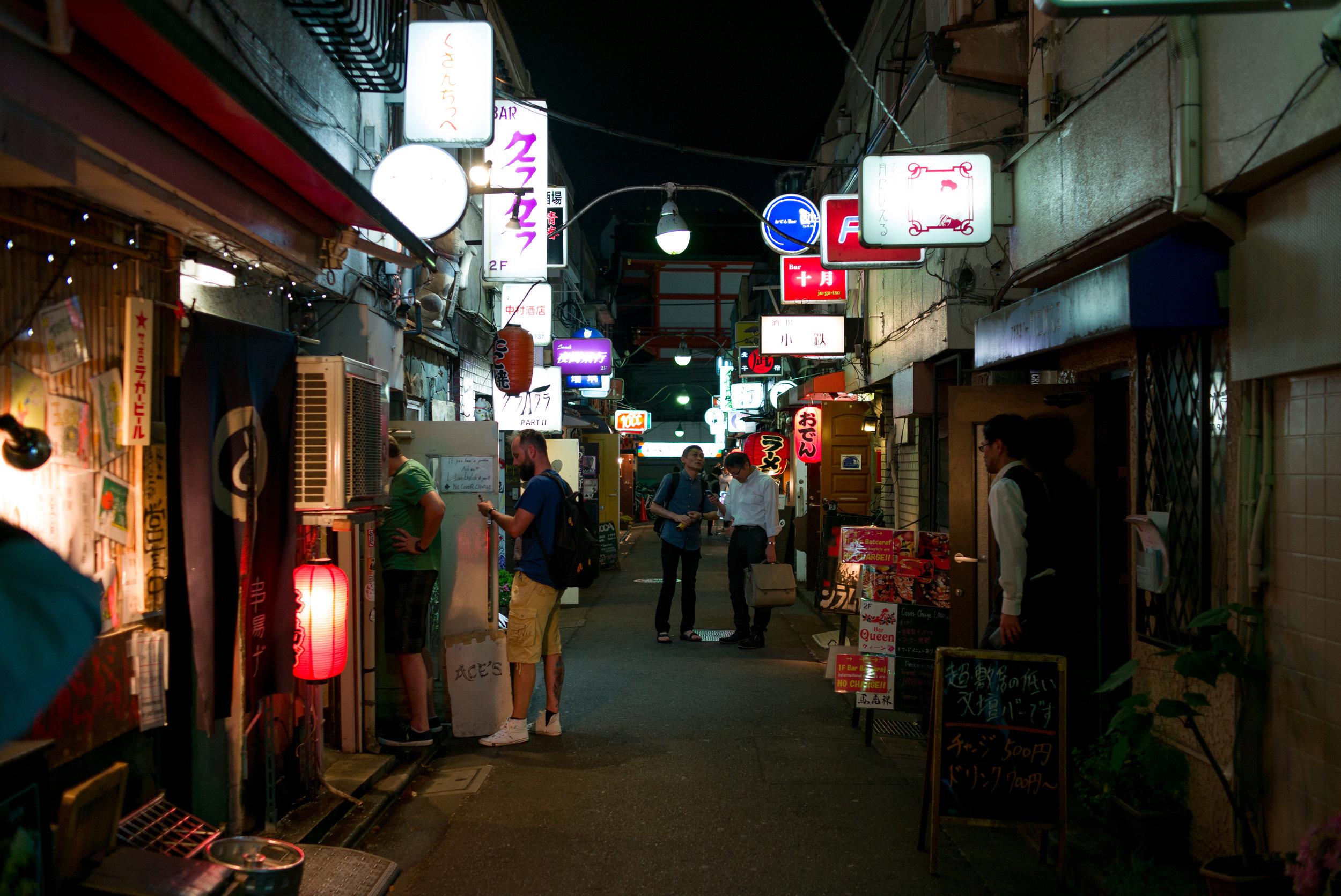 მსგავსი ქუჩები იაპონიაში ბევრია, მათ იოკოჩოს ეძახიან. პირდაპირი განმარტებით მთავარი ქუჩის პატარა განშტოებას ნიშნავს, თუმცა ყოველდღიურ საუბარში იზაკაიებით, ბარებით და პაბებით სავზე ვიწრო ქუჩას გულისხმობს (ინგ. Drinking Street).
