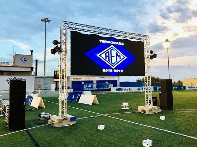 Elecson estuvo presente en la inauguración de temporada de @seaem_1925 , esta vez reforzando el sonido para la presentación de los equipos con 10.000w y con iluminación Led y efectos. #elecson #lleida #sonido #iluminacion #led #aem #aemlleida