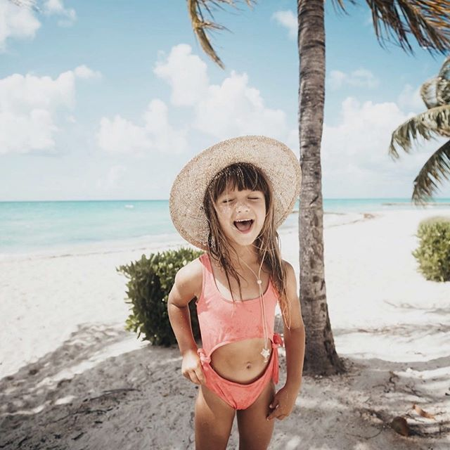 Daydreaming about a trip to a tropical island 🏝 and wishing summer will never end...🙈 Anyone with us? Thank you, @harpermaedaily for sharing this precious photo with us!