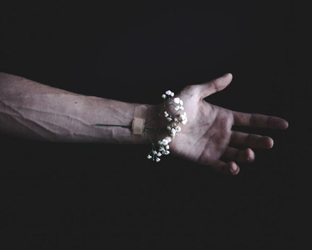 mano en la oscuridad .jpg