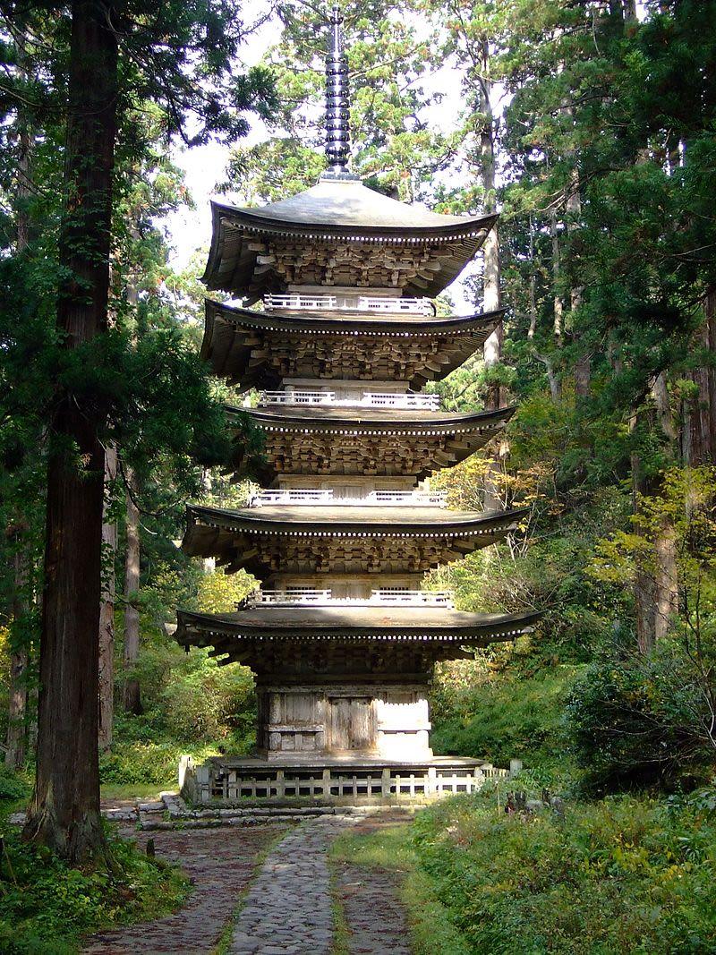 La pagoda de cinco pisos cerca de la parte central del Monte Haguro.