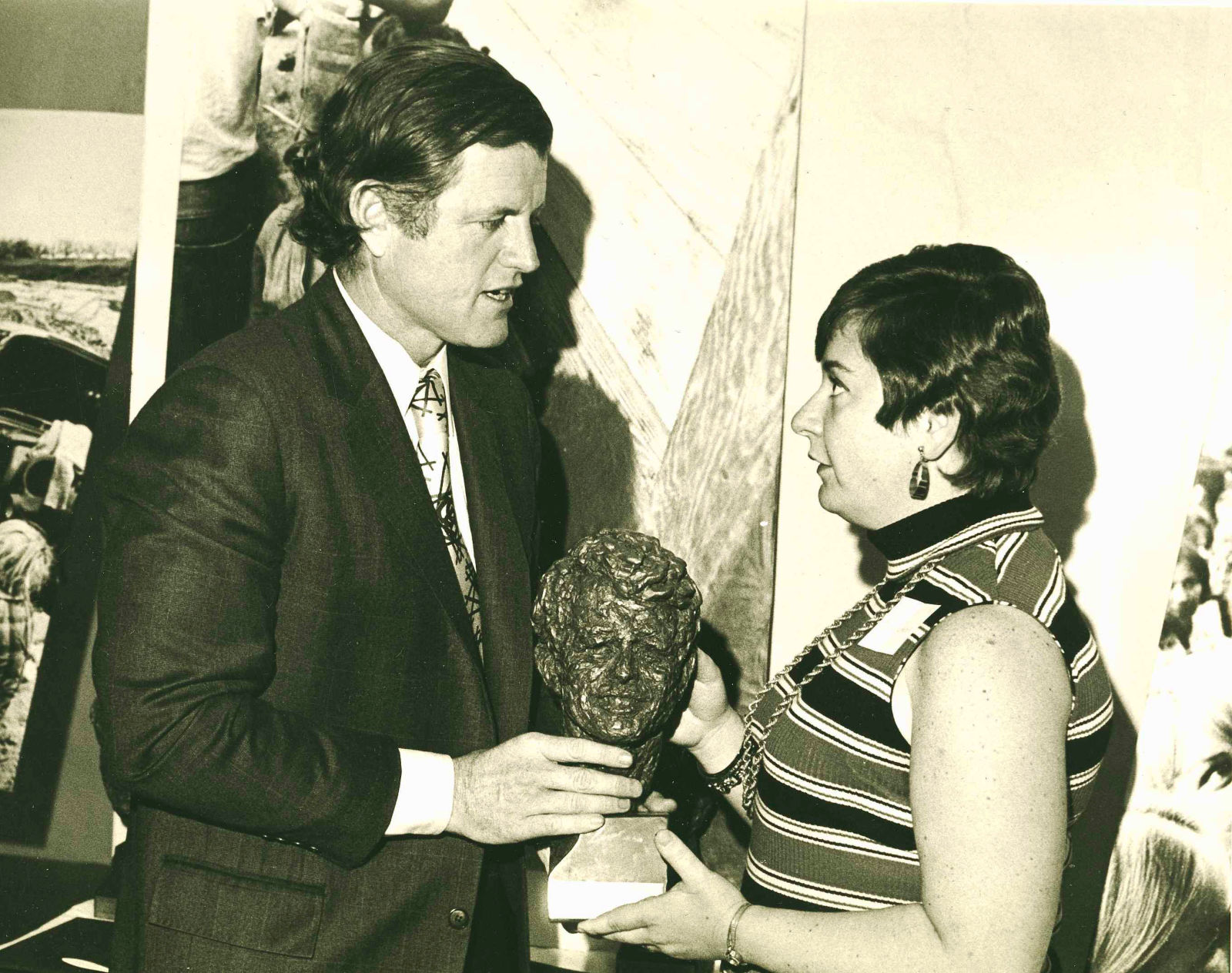 Ted Kennedy con el premio a Jean Heller por su reportaje. AP