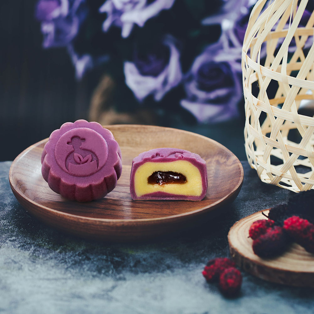 AN TÂM SỨC KHOẺ - Ngoài bánh Lưu Sa nông sản hấp dẫn với độ ngọt vừa phải, hộp quà Trung thu nông sản L'angfarm còn bao gồm 3 loại trà thảo mộc thơm ngon nổi tiếng của L'angfarm, tốt cho sức khoẻ gồm trà Atisô, trà Oolong và trà Sencha hoa lài. Người lớn có thể an tâm nhấm nháp bánh thưởng thức 3 vị trà thơm, trẻ nhỏ có thể thoả sức thích thú cùng nhau phá cỗ, khám phá 6 hương vị bánh đa dạng hấp dẫn. Mọi người trong gia đình cùng nhau quây quần đón một mùa Tết Trung thu đầm ấm, sum vầy bên hộp quà L'angfarm nông sản đầy yêu thương.