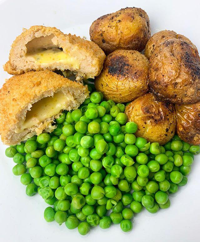 Tried the vegan cheese kievs for dinner tonight and I literally loved them 💛 they are from @sainsburys in the freezer section and are definitely worth a try. I wish they would do a garlic one though 🤷🏼♀️💕SWIPE for cheesy close up 👌 #vegan #veganism #veganuk #veganjunkfood #veganuary #vegantreats #veganblogger #veganrecipe #letscookvegan #veganisthenewblack #anythingyoucaneaticaneatvegan #plantbasedlifestyle #crueltyfree #veganliving #whatfatveganseat  #plantbased #plantpower #plantstrong #whatveganseat  #veganfoodblogger #veganinfluencer #ukvegan #veganfoodie #vegankiev #cheddarkiev