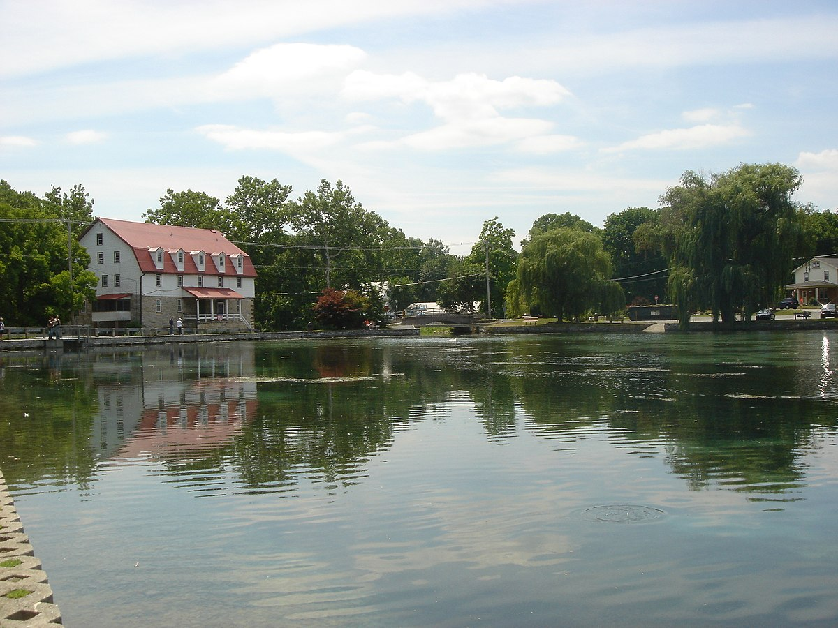 Boiling Springs Lake - Photo Credit: Staecker [Public domain], from Wikimedia Commons