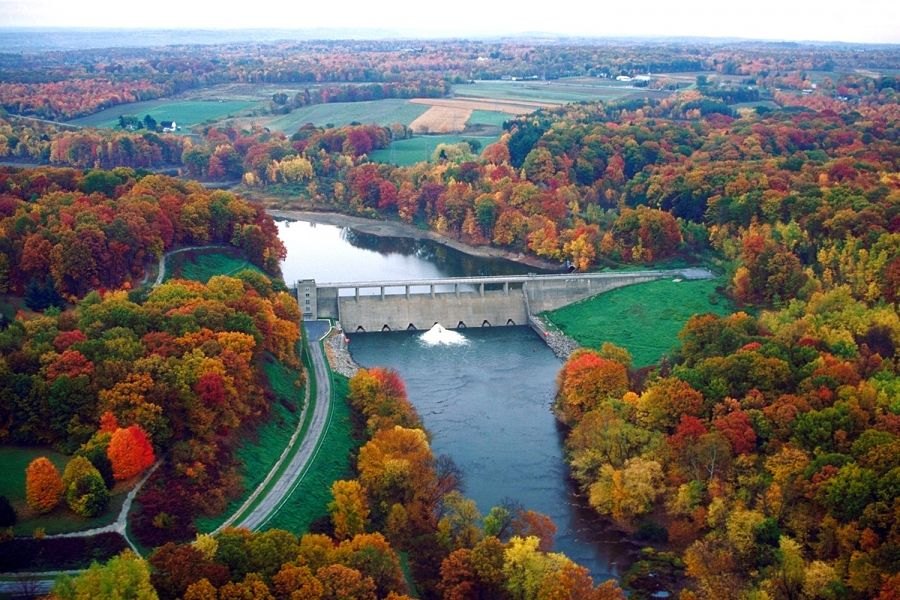 Shenango River, flowing from the dam of Shenango River Lake in South Pymatuning Township, Mercer County - Margaret Luzier, U.S. Army Corps of Engineers [Public domain], via Wikimedia Commons