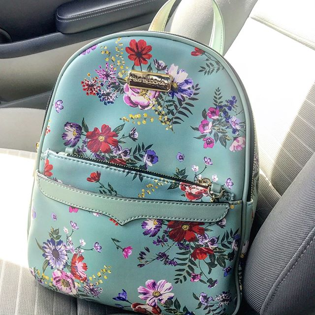 Everyone needs a cute bag in their life #birthdaypresent #springlook #summerlook #minibackpacks #24thbirthday #flowerprint