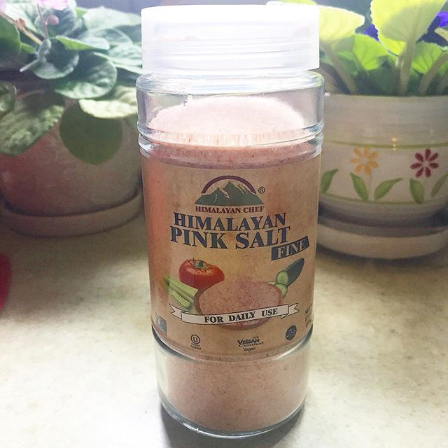 Just when you thought salt couldn't be healthy! Himalayan salt contains 84 minerals that regular table salt doesn't and is completely pure and UNTOUCHED, which is why it's pink. And it has a nice big grain size which adds nice texture to food (can't you tell I'm a full blown chef now 😂) Shout-out to my brother for finding this @stopandshop #stopandshop #himalayansalt #himalayanpinksalt #healthyeatingideas #healthyeatingtips