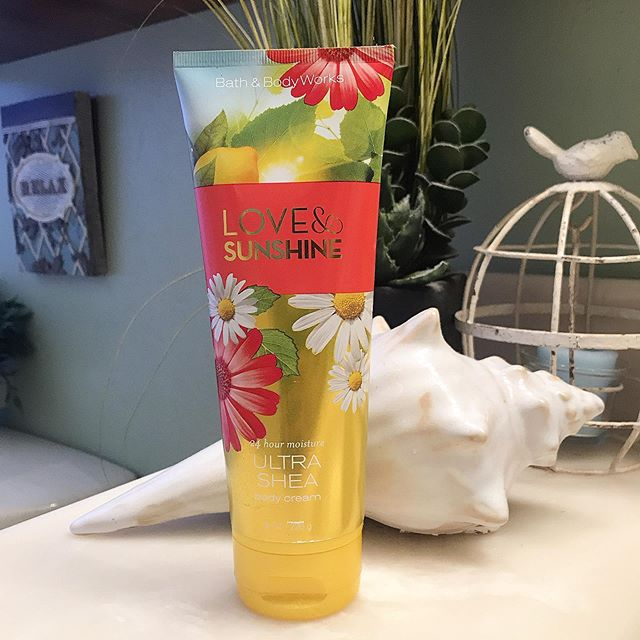 It's been a while since I've posted about a product! Summer's almost over so what better scent than light and airy flowers from @bathandbodyworks #bathandbodyworks #floralfragrance #summerfavorites #selfpampering #bodycareproducts