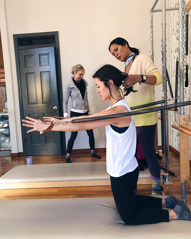 PRO TIP: Find you an instructor who holds your hair back when you feel like barfing from a deceptively simple looking exercise. 🤮😁 @bridgepilates  Working the oft neglected serratus muscles at Blossom and Marshall's Arms workshop yesterday. I usually walk away from an all day workshop feeling tired and sore, but after working all the muscles of my shoulder girdle in such a specific, detailed way, my usually sore neck feels better than ever and my shoulders feel so unrestricted! So excited to apply this to my teaching. Get ready my lovies! 👹