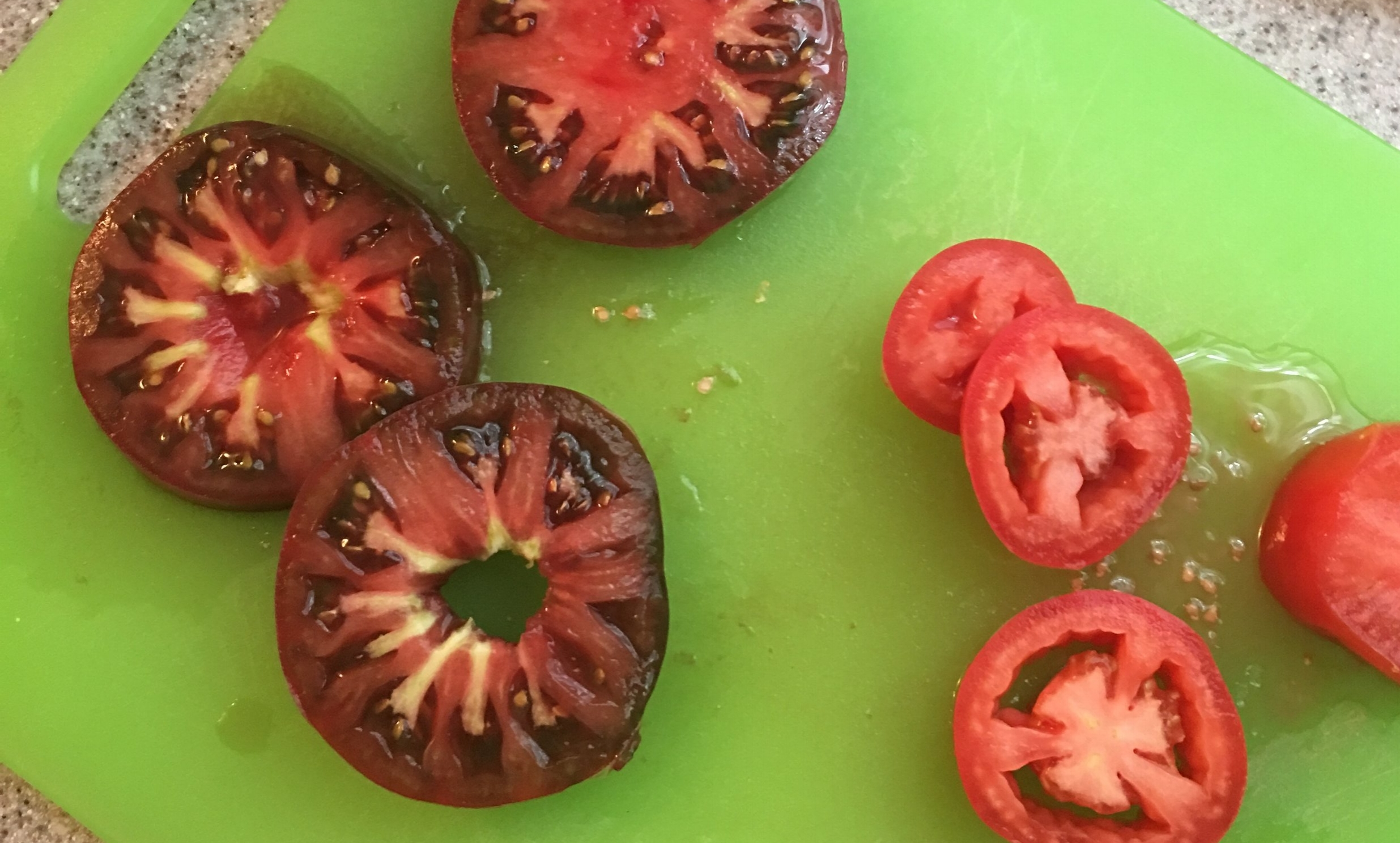 The coloring of homegrown tomatoes vs store-bought tomatoes