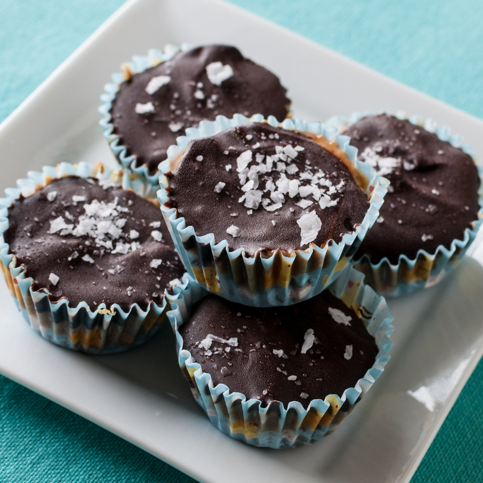 Crunchy canna cups with peanut butter and dark chocolate