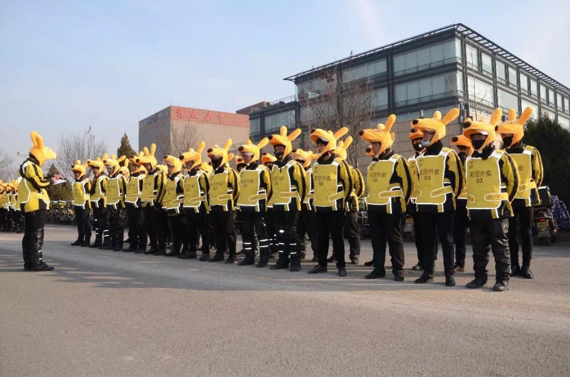 Meituan drivers line up for their daily briefing. Photo:    Tech.Huanqiu