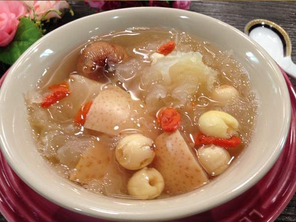 """White fungus, lotus seed, Asian pear"" soup, known for its healing power for inflammation. Photo: Sohu"