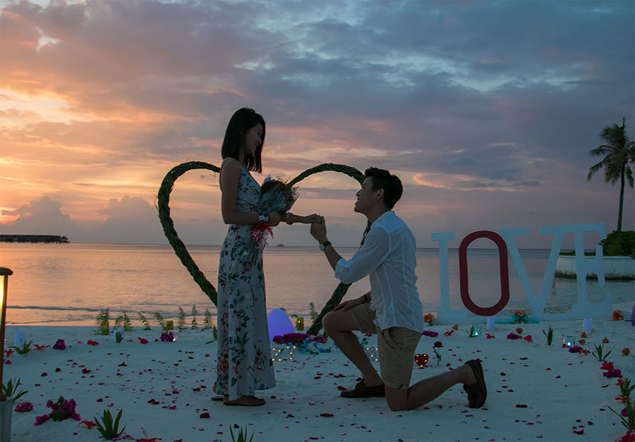 70cd1_8-marriage-proposal-beach-sunset-club-med-finolhu-villas-maldives.jpg