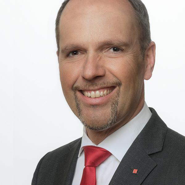 Markus Hildmann, MBA   Markus Hildmann ist stv. Vorstandsmitglied in der Sparkasse Freiburg – Nördlicher Breisgau und als Direktor für das FirmenkundenCenter verantwortlich. Hierzu zählen neben der Unternehmenskunden- und Firmenkundenberatung auch das Internationale Firmenkundengeschäft, die Bauträger- und Immobilienprojekte, der Fachbereich Leasing sowie die Gründungs-, Förder- und Innovationsfinanzierungen.